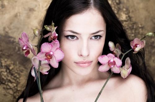 Красива жена с орхидеи